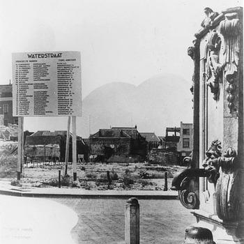 De Groenmarkt en Waterstraat in Tiel na de verwoestingen en het puinruimen van de Tweede Wereldoorlog, circa 1945