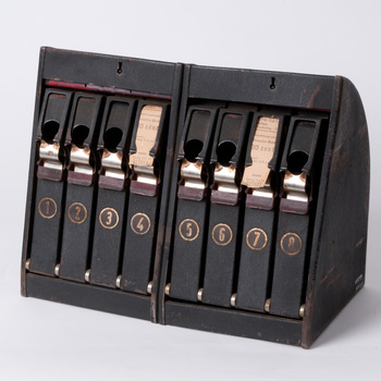 Kaartjesautomaat van metaal, gebruikt in het Badhuis te Tiel, 1920-1968,  werktitel