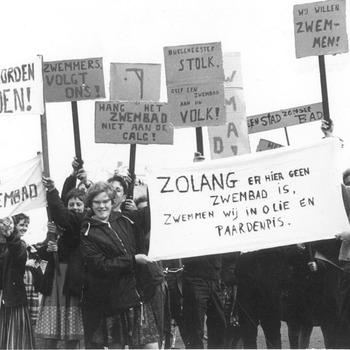 Protest tegen het vuile water in het zwembad van Tiel. Dit zwembad lag toen nog in de rivier De Waal, circa 1967
