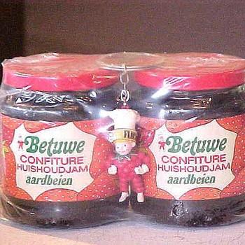 Pot confiture de Betuwe huishoudjam aardbeien afkomstig van Mij. de betuwe te Tiel,  werktitel