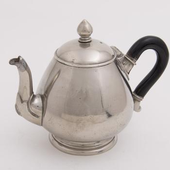 Theepot van alboïd, vervaardigd door Metaalwarenfabriek Daalderop te Tiel, ca. 1900