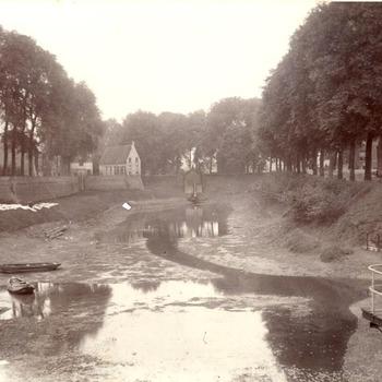 De Oude Haven te Tiel bij laag water op 15 oktober 1906