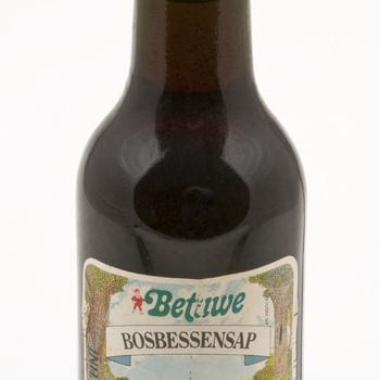 Fles gevuld met bosbessensap, afkomstig van Mij. de Betuwe te Tiel,  werktitel