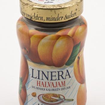 Jampot gevuld met Linera halvajam abrikozen, afkomstig van Mij. de Betuwe te Tiel,  werktitel