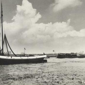 Schokker (vissersboot) op de Waal