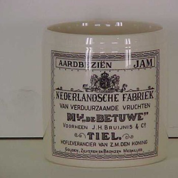 Pot van geglazuurd aardewerk, replica van de oude pot uit 1890, gebruikt voor aardbeienjam, 1985,  werktitel