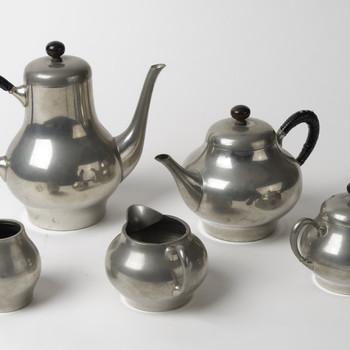 Koffie- en theeservies van nieuw tin, vervaardigd door Metawa te Tiel, ca. 1958