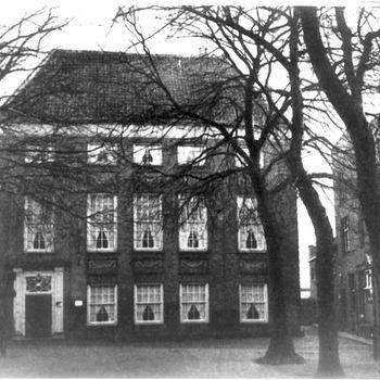 Het pand van de Groote Sociëteit aan het Plein te Tiel, circa 1935