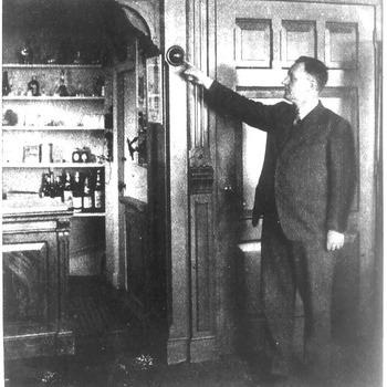 Concierge Blom wijst een kogel aan in de voormalige Groote Sociëteit te Tiel, circa 1935