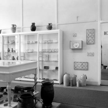 Interieur van de Oudheidkamer voor Tiel en Omstreken aan de Agnietenstraat te Tiel, 1962