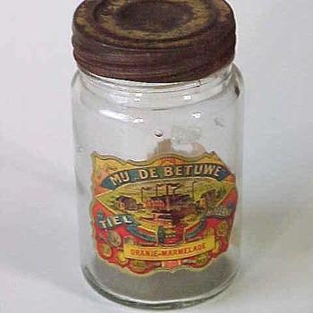 Jampot van glas met metalen deksel, gebruikt voor oranje marmelade, afkomstig van Mij. de Betuwe te Tiel,  werktitel