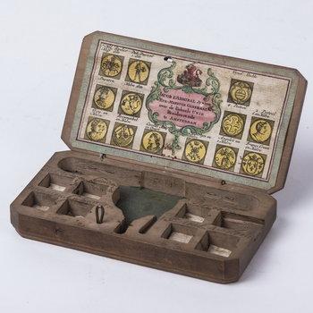 Kistje van hout, waarvan weegschaal met muntgewichten ontbreekt, 1725-1755