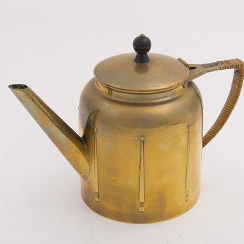 Theepot van geel koper, vervaardigd door Metaalwarenfabriek Daalderop te Tiel, ca. 1920