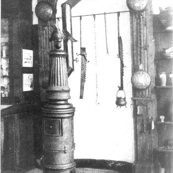 Kachel in de voormalige Oudheidkamer voor Tiel en Omstreken, circa 1935
