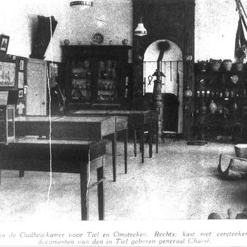 Kijkje in de Oudheidkamer in de Groote Sociëteit te Tiel, circa 1935