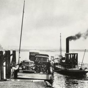 """Gemeenteveer """"Gijsbert Stout"""" en pont bij Tiel."""