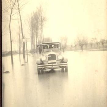 Auto tijdens watersnood, 1926(?)