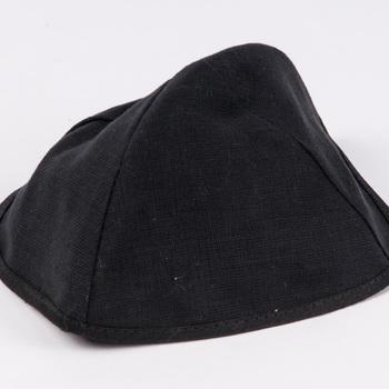 Kalot van zwarte katoen met satijnen voering, afkomstig uit de Joodse Gemeenschap te Tiel, 1930-1980,  werktitel