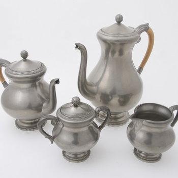 Koffie- en theeservies van tin, vervaardigd door Metaalwarenfabriek Daalderop te Tiel, ca. 1969