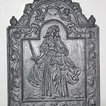 Haardplaat van gietijzer met een voorstelling van Vrouwe Justitia, gedateerd 1654