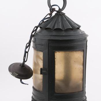 Lantaarn vervaardigd van metaal, hout en mica