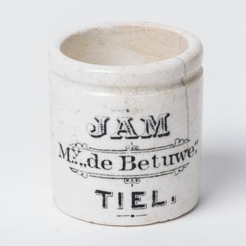 Jampot van steen, z.g. monsterpotje, afkomstig van Mij. de Betuwe te Tiel, 1930-1940,  werktitel