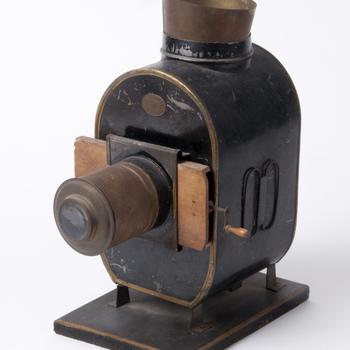 Toverlantaarn van metaal op houten voet, vervaardigd door Merkelbach & Co. te Amsterdam, 1925