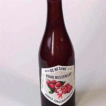 Fles van bruin glas, De Betuwe Roodbessensap, afkomstig van Mij. de Betuwe te Tiel,  werktitel