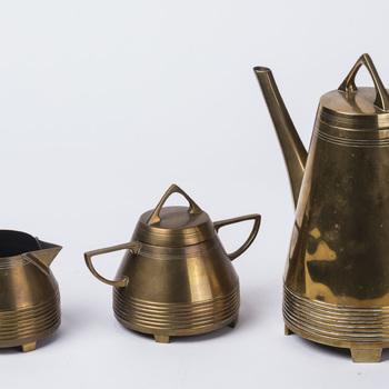 Koffieservies van geel koper, vervaardigd door Daalderop te Tiel, ca. 1915