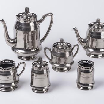Koffie- en theeservies van vernikkeld metaal, vervaardigd door Daalderop te Tiel, 1915