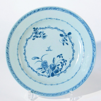 Bord van blauw-wit chinees porselein, periode Qianlong, 1736-1795,  werktitel
