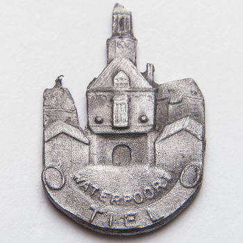 Speld van tin, voorstellende de Waterpoort te Tiel, vervaardigd door Tinatelier Horsting te Tiel