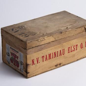 Kist van hout. Op etiket Huishoudjam Frambozen. N.V. Taminiau Elst O.B. Teo Elst,  werktitel
