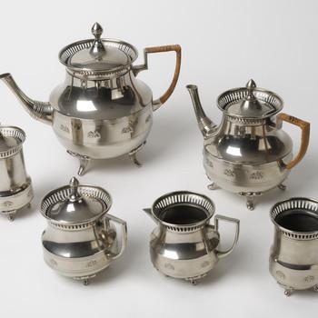 Koffie- en theeservies van vernikkeld alboid, vervaardigd door Daalderop te Tiel, 1915-1935