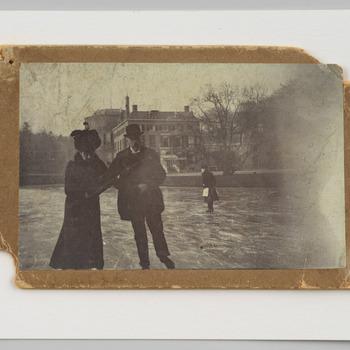 Echtpaar Van Pallandt-Loudon schaatsend op de kasteelvijver van Rosendael