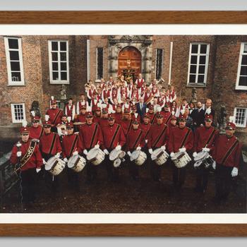 Foto van de Velpse Harmonie op de bordestrap van kasteel Biljoen