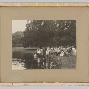 Foto van mensen in de vijver van kasteel Rosendael