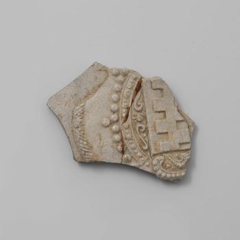 Fragment van grijs steengoed met het familiewapen Van Arkel