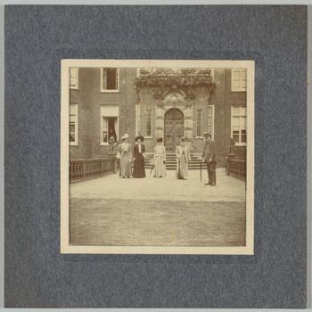 Groepsfoto op het voorplein van kasteel Biljoen