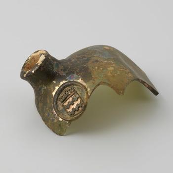 Fragment van een wijnfles met het familiewapen Van Arkel