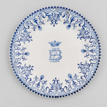 Bord met blauwe decoratie en het monogram BZ