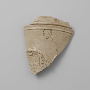 Fragment van steengoed met het familiewapen Van Arkel
