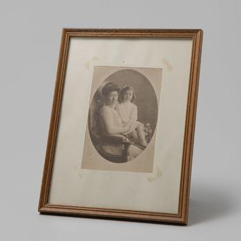 Fotoportret van jkvr. Alwina Brantsen met haar jongste dochter
