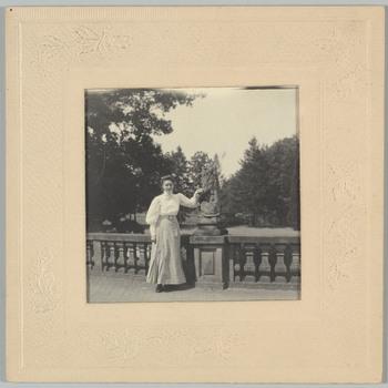 Fotoportret van Emma Maria Dorothea Lüps op het voorplein van kasteel Biljoen