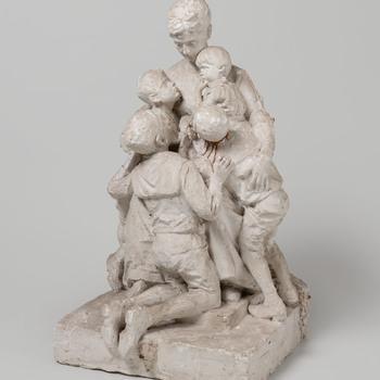 Vrouw omringd door haar kinderen
