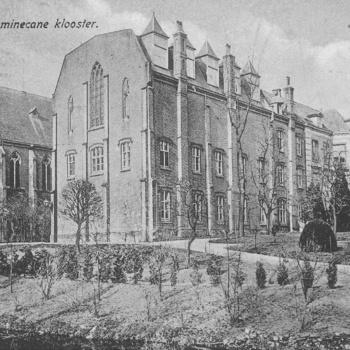 Het Dominicanenklooster met torentjes en dakkapellen circa 1920