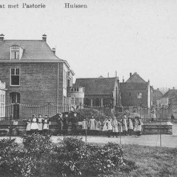 RK pastorie in de Langekerkstraat met Antoniuskapel en een groep kinderen voor het hek