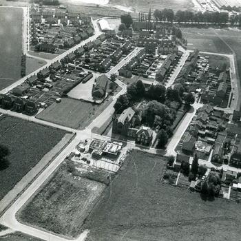 Zwart-wit foto van een luchtopname van Spijk  in 1970