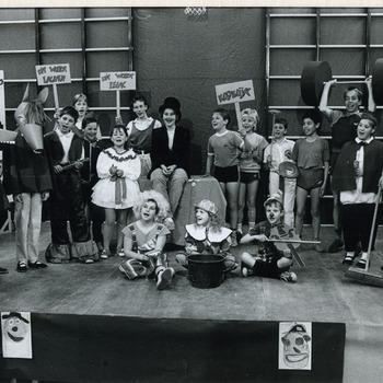 Zwart-wit foto van kindermusical in Spijk op 23 mei 1987