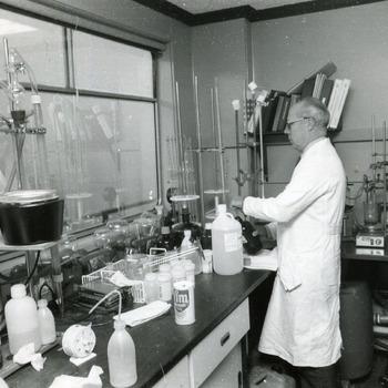 Zwart-wit foto van het laboratorium op een onderzoekboot te Tolkamer ca. 1980-1990